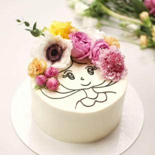 Оформление торта рисунком и живыми цветами